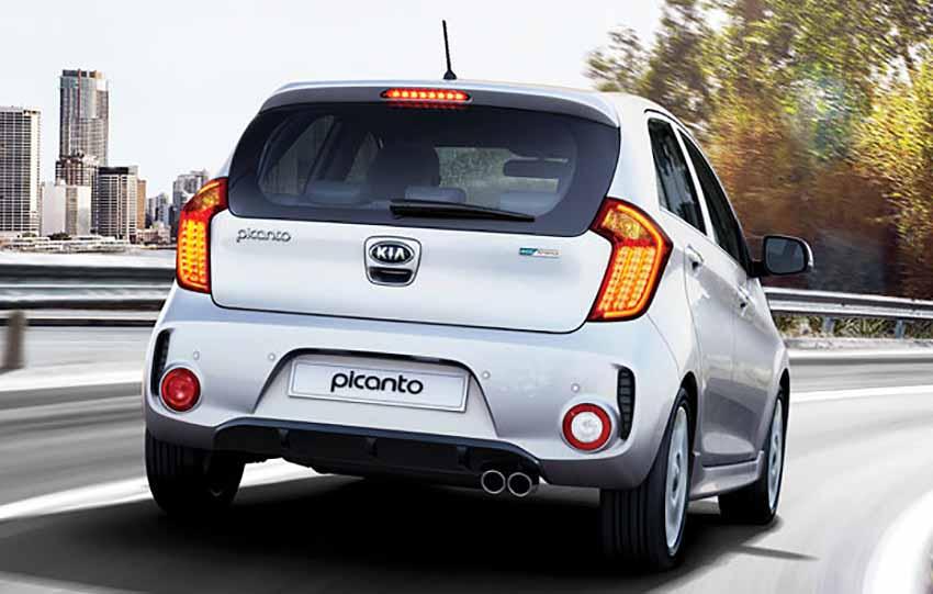 Новый КИА Пиканто 2016 на дороге - вид автомобиля сзади.