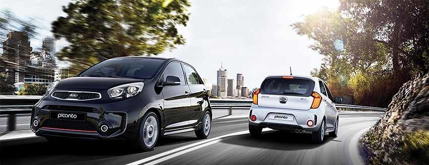 Новый КИА Пиканто - технические характеристики - на фото 2 автомобиля на дороге.