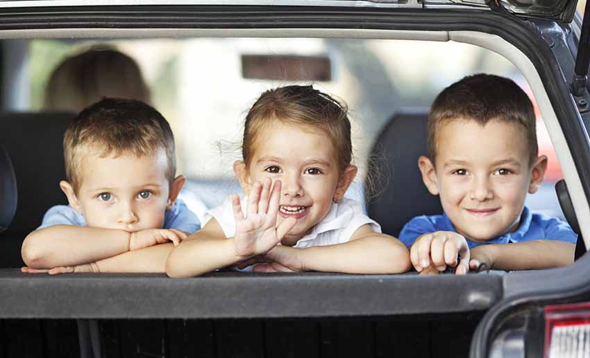 Родители везут детишек в автомобиле, купленном на материнский сертификат - закон принят в 2016