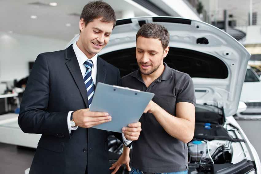 Осмотр специалистом в автосалоне старого автомобиля для обмена на новый по системе Трейд-ин