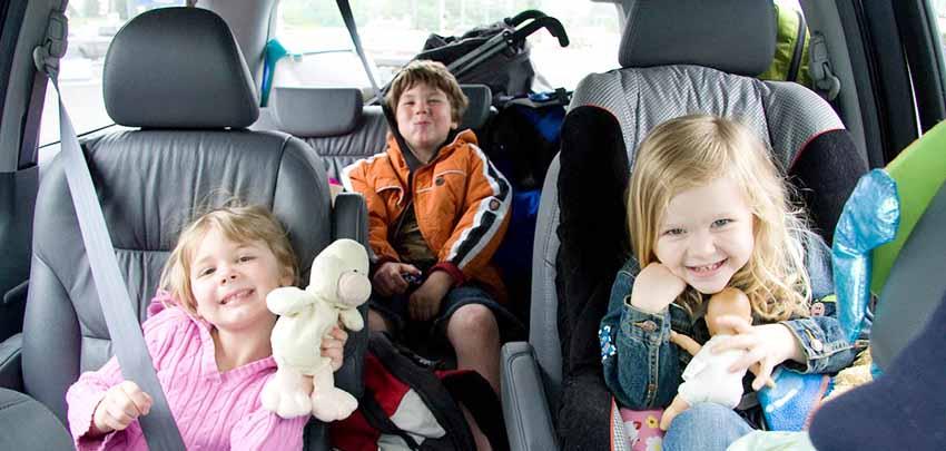 Используем материнский капитал на покупку автомобиля - на фото трое детей в авто.