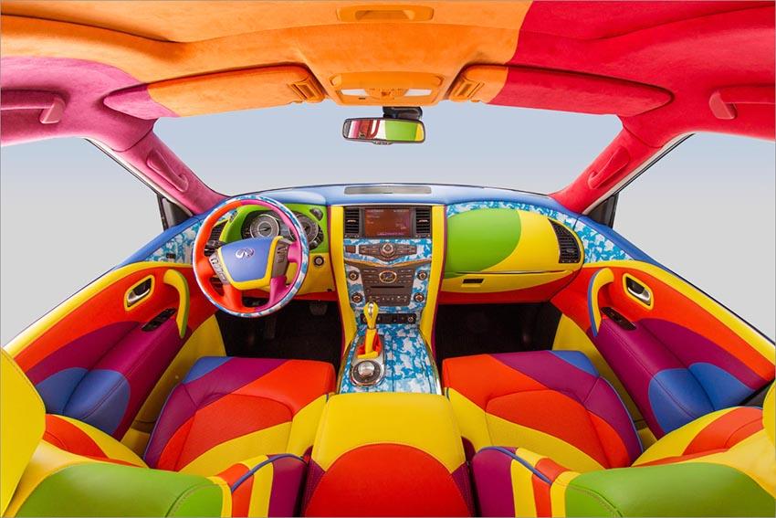 Разноцветный салон автомобиля Infiniti